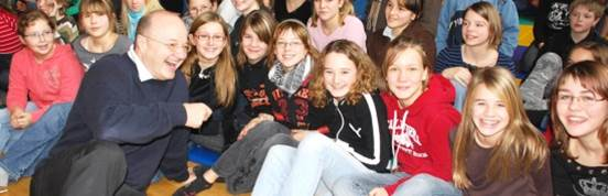 Gregor Staub mit Schülern